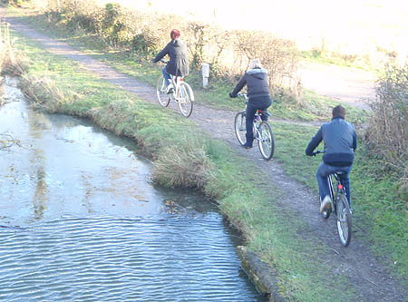 Cyclists on the Wilts and Berks Canal